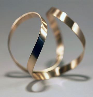 Bracelet-manchette dorée à l'or fin 24 carats. Réalisée sur mesure en argent 950/00 et en or 750/00. Prix sur demande, selon la matière.
