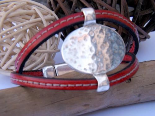 bracelet cuir couture pièce centrale métal argenté avec fermoir aimanté. 18 cm