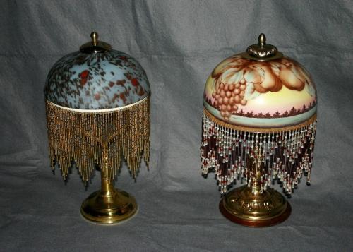2 lampes d'�poque Art-D�co en laiton et verrerie � d�cors pigment�s (travail manuel).