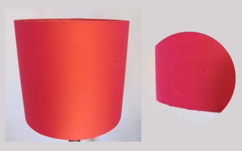 Très belle soie rouge-rosée de chez ZIMMER + RHODE pour cet abat-jour cylindrique tout simple.