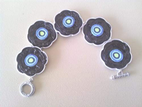 Bracelet capsules noires et coeur fimo.