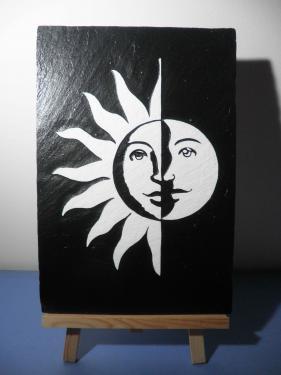 Le Soleil rencontre la lune gravé et peint sur Ardoise