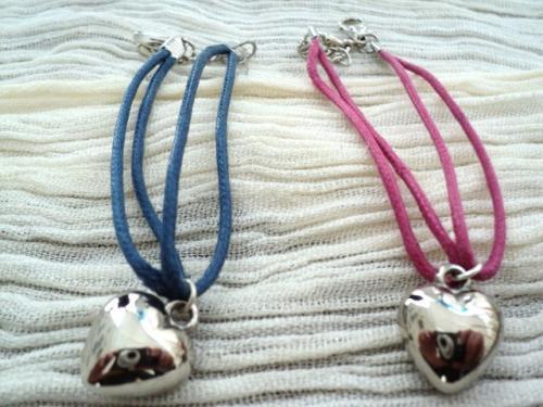 sur fil de coton de couleur, décoré d'un coeur en métal argenté. Fermoir mousqueton. Le petit plus du bracelet: le lien de coton est interchangeable. Vous pouvez choisir votre couleur de fil: bleu, rose, orange, beige, marron et kaki. Ce bracelet peut convenir aussi aux adolescentes. Si vous achetez plusieurs liens vous comptez en plus: 1 lien 0,25cts 2 liens:0,50cts 3 liens:0,60cts 4 liens:0,80cts 5 liens:1euros