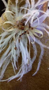 tour de cou en organza..fleur en plume d'autruche et perles en cristal de swarovski