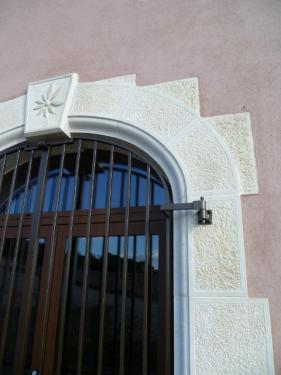 La porte et sa grille.