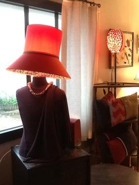 Au premier plan un Abat-jour chapeau sur mannequin réalisé en coton et doublé d'un liberty. Au second plan un carré bombé en soie et papier japonais.