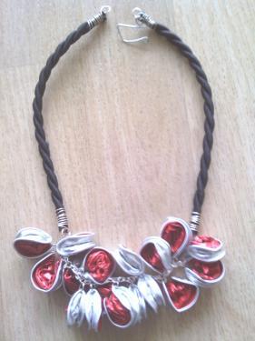 Collier capsules rouges mont� sur cha�ne et buna corde