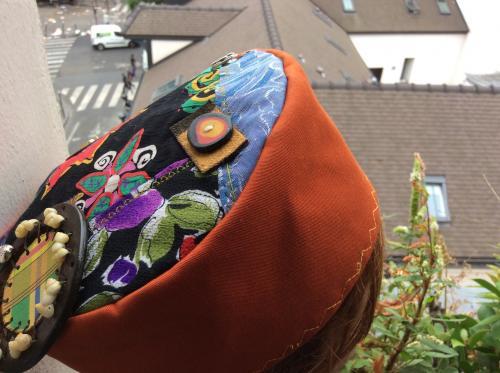 Voici un chapeau d'inspiration Ouzbek. Tissus toil� et patchwork de tissus sur le top. Des motifs de d�coration sont appos�s.  petits coquillages sur cercle de cuir,  boutons, Mod�le unique . Tour de t�te : 60