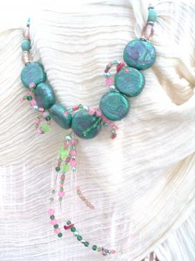 Colier en perles peintes et tour de cou en perles de verre roses et en c�ramique verte.Sur des branches en fil de cuivre sont enfil�es des perles roses et vertes en plastique en m�tal ou en verre