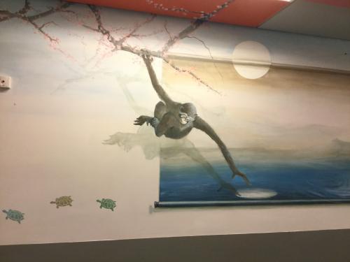 Fresque murale. Le singe qui veut attraper la lune.