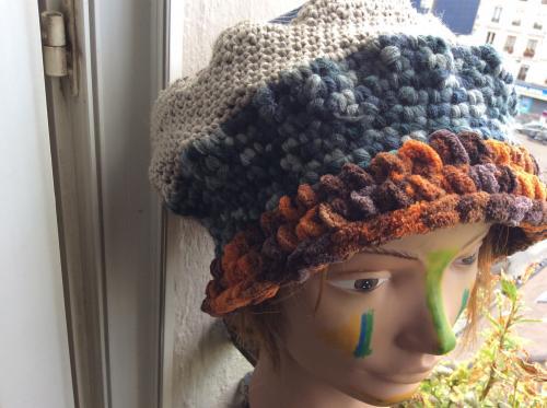 Voici un bonnet toque du plus bel effet qui ira avec bon nombre de vos tenues.tricot� en grosses mailles d'acrylique et de la laine plus fine racord�e au top par des ?illets . Le top est compos� d'un patchwork de tissus textur� du plus beau rendu. Mod�le forc�ment unique. Tour de t�te 68