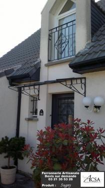 Marquise conçue pour suivre avec la grille de la porte d'entrée. Nous avons également réalisé la grille de la fenêtre supérieure.