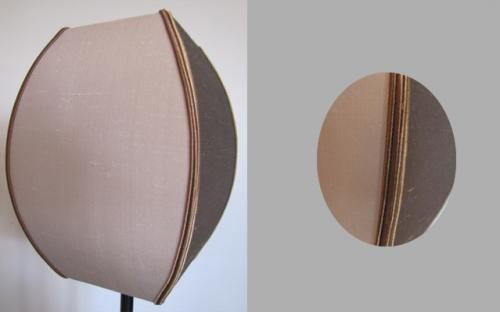 Abat-jour carré bombé en taffetas de soie bicolore grise et marron, rehaussé de deux soutaches dans les mêmes tons.
