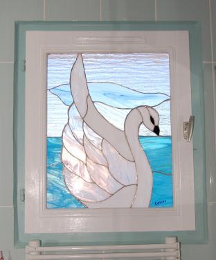 Cygne, création Tiffany posée en applique sur le double vitrage d'une salle de bain