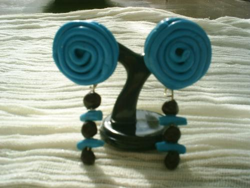 ESCARGOT: sur clou d'oreille argent�,cach� par un tortillon de p�te fimo turquoise,les pendants sont fabriqu�s sur un clou � t�te, et par une enfilade de perles en p�te fimo, turquoise et marron. Longueur 5 cms Boucles d'oreille pour oreilles perc�es