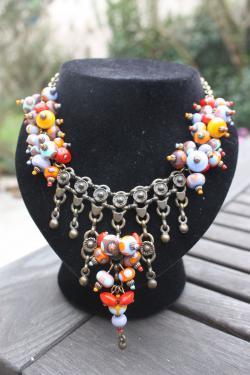 collier d'inspiration berbère une multitude petites perles aux tons chauds montées sur une chaîne aspect laiton garantie sans nickel