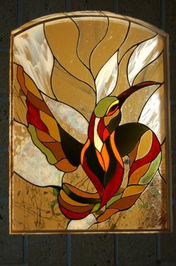Colibri création Tiffany insérée dans l'ouverture du mur entre la cuisine et le couloir chez des particuliers