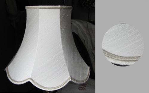 Cette pagode à festons en tissu tendu de soie sauvage donne une élégance particulière pour un grand classique chez les abatjouristes. Elle est agrémentée d?un galon en lin.