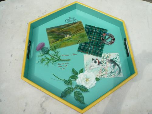 plateau hexagonal, acrylique sur bois. commande pour un mariage en Ecosse.