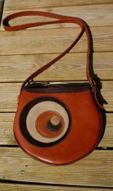 petit sac tout cuir,bandouli�re r�glable,fermeture � glissi�re,int�rieur tissu africain avec divers rangements.