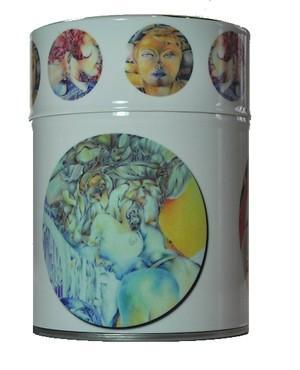 boîte à thé avec double couvercle protégée par un film inrayable, décorée de détails de 8 dessins au crayon de couleur de l'artiste maryse-anne couteau. pour 150 g de thé.