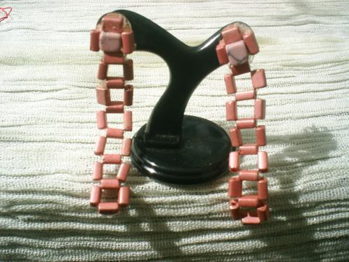 DONA:Boucles d'oreille pour oreilles perc�es sur clou argent�.Pendant en perles rectangulaire en fer rose et d'une perle carr�e en pierre marbr�e rose en haut de la tige.