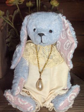 Lapin en viscose - pièce unique entièrement cousue à la main avec articulations à l'ancienne. vêtements en coton et dentelle petit collier avec imitation perle de culture.