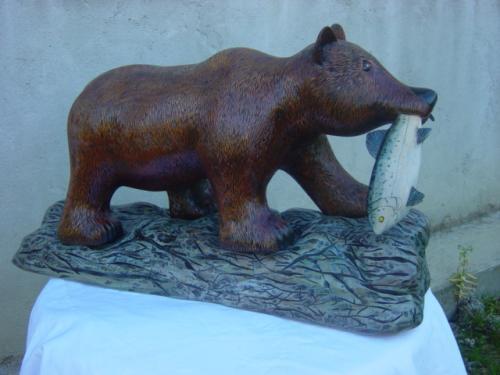 ours brun r�alis� en taille directe et en cerisier . longueur 78 cm poids 42 kgs