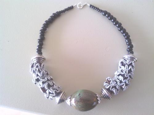 Collier capsules bordeaux et grosse perle céramique verte.