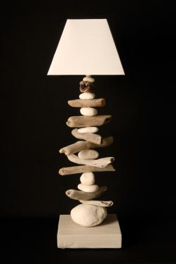 L80NATEL: une grande lampe de salon en galets et en bois flotté et abat-jour pyramidal blanc. L22 P22 H 80 douille E27 ampoule 15 watt max non fournie