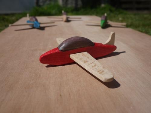 Petit avion en hêtre