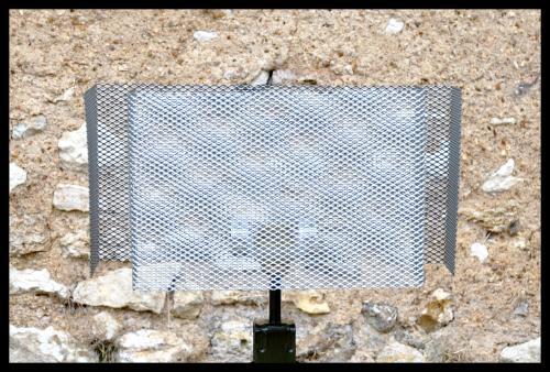 Abat-jour rectangulaire double U. Réalisation avec une grille en acier vernis, modèle présenté Lg.40 cm x lg.15 cm x h.20 cm. Prix à partir de 50 euros, sur mesure et sur commande.