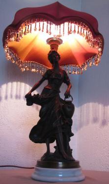 Cet abat-jour dôme citrouille a été réalisé dans le cadre de la restauration d'une lampe ancienne veille d'une quarantaine d'années.Il est doublé et confectionné dans une très belle soie de chez Edmond Petit. La frange de perles de verre a été conservée et cousue sur les bas festons.