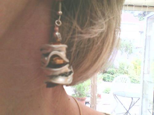 Boucle d'oreille en perle capsules nespresso doré et marron assorties au bracelet et au collier . Existe en toutes teintes de capsule . Très légères ..