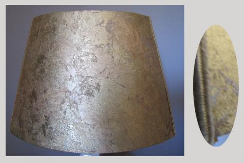 Cet abat-jour ovale bouts plat est réalisé en contrecollage de copeaux oxydés couleur or de chez Ulgador. Il diffuse une très jolie lumière d'ambiance, il peut être confectionné en copeaux d'argent ou de cuivre.