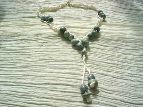 RIO: collier en macram� de coton blanc, perles de porcelaines bleue et verte, de formes et tailles diff�rentes.Fermoir anneau; Longueur 30cm