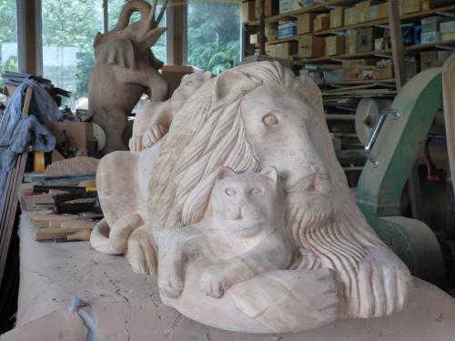 lion en taille directe dans du noyer