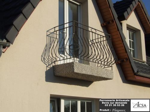 Garde-corps de balcon avec barreaux tournés et mis en forme.