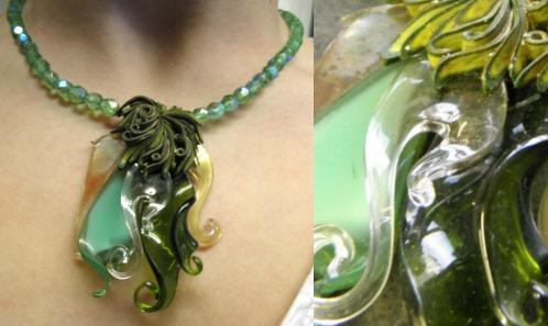 Somptueux bijou de verre filé au chalumeau et perles de verre taillé. Tour de cou ajustable . Boutique en ligne : www.koantiz.fr