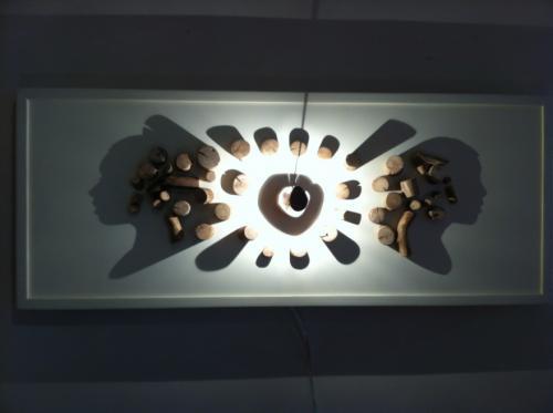 Tableau, les bois positionn�s sur le tableau dessinent des visages � l'allumage