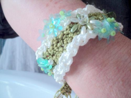 bracelet en macram� en fil de coton blanc et vert, fleurs de perles en porcelaine blanche,fleurs en plastiques,coeur en plastique
