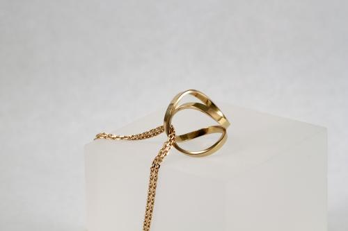 Pendentif façonnée à la main et monté sur chainette, l'ensemble en or 18 carats. Existe en or jaune, rose ou blanc ; orné d'une pampille en son centre (saphir, perle, ...) ou pas.  Prix sur demande
